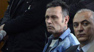 condenado. Martínez Lloch (centro) en la audiencia de ayer donde se leyó el veredicto. Le hizo un fuck you a su ex.