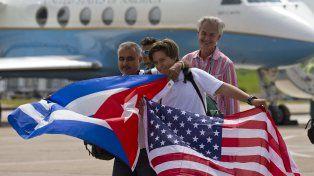 Alegría. Los primeros pasajeros desplegaron banderas de los dos países.