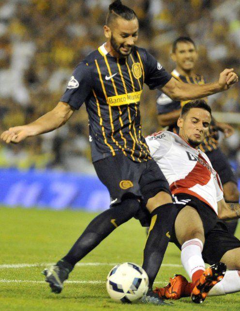 Pasado. Larrondo domina el balón en el partido ante River