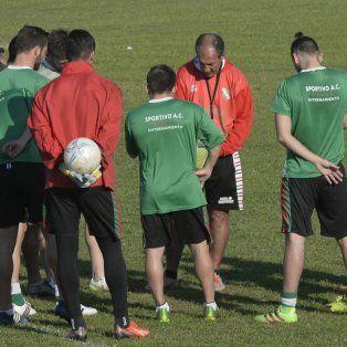 El plantel de Sportivo Las Parejas se prepara para enfrenta a Newell`s.