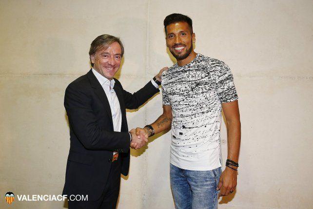 Garay estrecha la mano del titular de Valencia tras sellar su acuerdo.