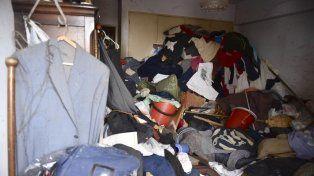 La ropa en la vivienda llegaba hasta el techo.