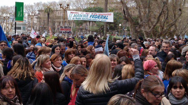 Miles de manifestantes se concentraron en la plaza San Martín.