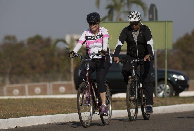 Pedaleada. La ex presidenta brasileña paseó en bicicleta.