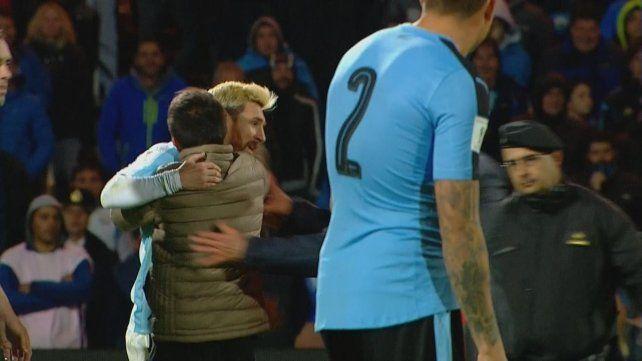 Messi hizo delirar al público, que no aguantó la euforia y terminó invadiendo la cancha