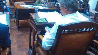 El concejal fue fotografiado con una tablet sobre su escritorio en plena sesión del Concejo.