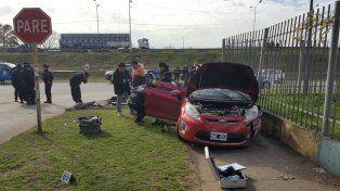 El automóvil en el que iban los ladrones subió a la vereda e impactó contra el tapial enrejado de un centro de educación física.
