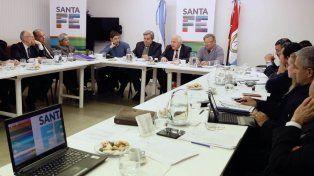 Misma mesa. El gobernador y parte de su gabinete junto a legisladores y fiscales se reunieron ayer en Rosario para avanzar contra la inseguridad.
