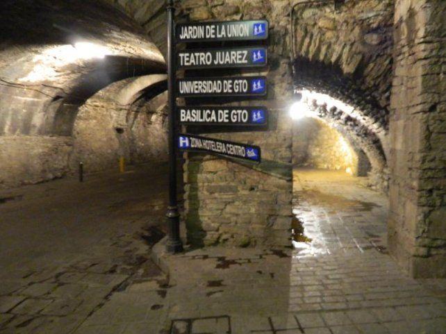 Los carteles indicativos son una constante en los túneles de Guanajuato.