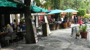 Los bares de las plazas son lugares muy escogidos por los turistas.