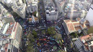 Masiva. La marcha federal se inició el miércoles en cinco puntos del país y desbordó el histórico paseo porteño.