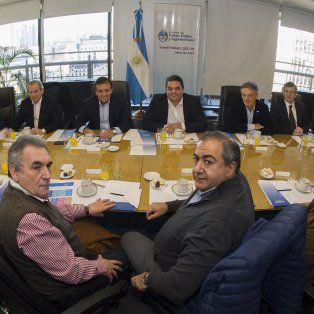 Larga mesa . Los ministros Triaca (Trabajo), Cabrera (Producción) y Lemus (Salud), recibieron a los líderes cegetistas Daer, Acuña y Schmid.