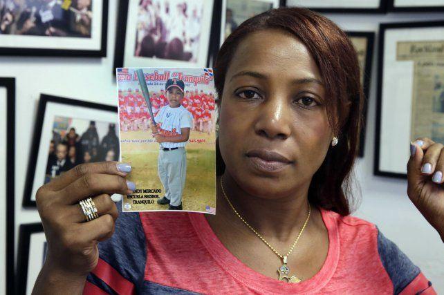 Susto. Maribel Martínez muestra una fotografía de su hijo Andy.