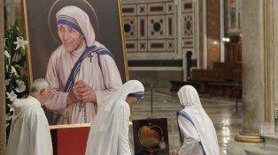 Alegría. Monjas de las Misioneras de la Caridad arreglan el altar donde se hará el oficio.