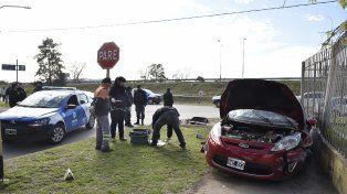 Contra la pared. El Ford Fiesta en el que iban los ladrones se estrelló contra el muro de un centro de educación física.