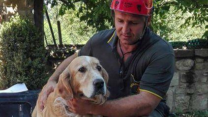 Romeo, en buen estado junto con uno de sus bomberos que lo rescató.