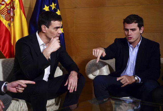 Contrarreloj. Pedro Sánchez (PSOE) y Albert Rivera (Ciudadanos) no parecen dispuestos a cambiar de postura.