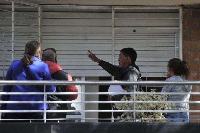 primer piso. Uno de los tiros perforó la persiana de un departamento.