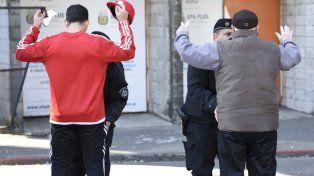 Parque blindado. El operativo policial que hubo ayer en el Coloso incluyó un celoso cacheo.