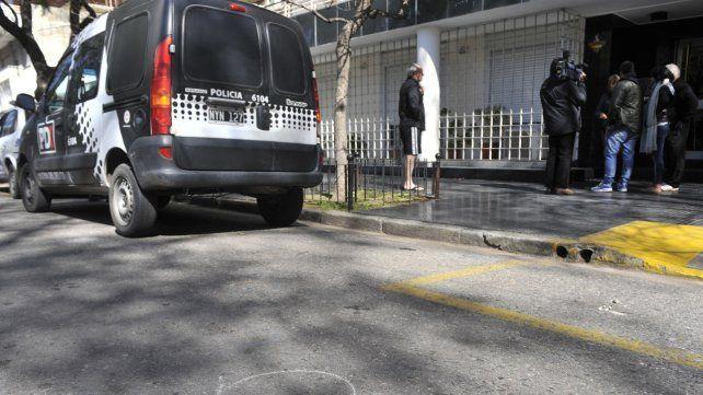 La policía pericia el edificio donde vive Tiki Martínez que ayer fue atacado con treinta balazos.