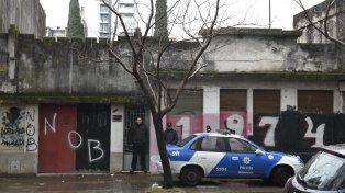 Esta mañana un patrullero con dos efectivos se apostó en la vereda de enfrente al edificio que fue baleado ayer.