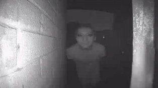 Un hombre publicó la foto de un extraño en la puerta de su casa y desapareció misteriosamente