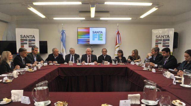 En una misma mesa. El gobernador encabezó ayer la reunión con los legisladores nacionales por Santa Fe.
