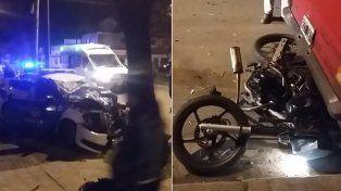 El móvil del Comando y la moto involucrados esta noche en el accidente.