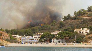 Costa Blanca. Las llamas se avivaron ayer por el calor y los fuertes