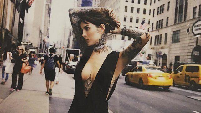 Candelaria Tinelli apura el verano al mostrar frente al espejo los tatuajes de su cola