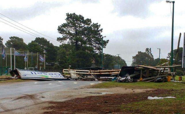 El cartel de ingreso a Villa Gesell fue derribado por los fuertes vientos.