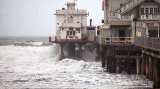 Temible. La costanera marplatense evidenció la intensidad del viento.