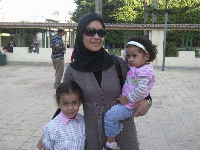 Rehén. Carolina Pavón con sus dos hijas en Alejandría.