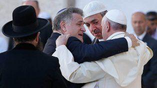 Jerusalén 2014. Francisco abraza a Abraham Skorka y a Omar Abboud.