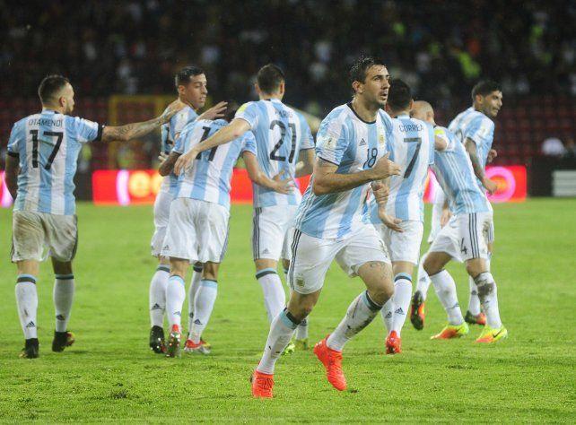 Festejo medido. Los jugadores argentinos celebran el segundo gol