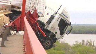 Un camionero se quedó dormido, chocó otros autos y quedó colgado del puente Zárate-Brazo Largo