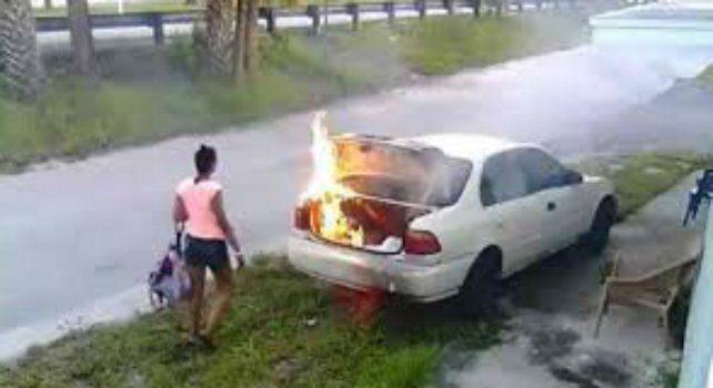 Carmen Chamblee observa su obra sin saber que le había prendido fuego al auto equivocado.