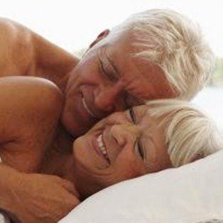 La sexualidad entre personas mayores no disminuye pero conlleva otros riesgos.