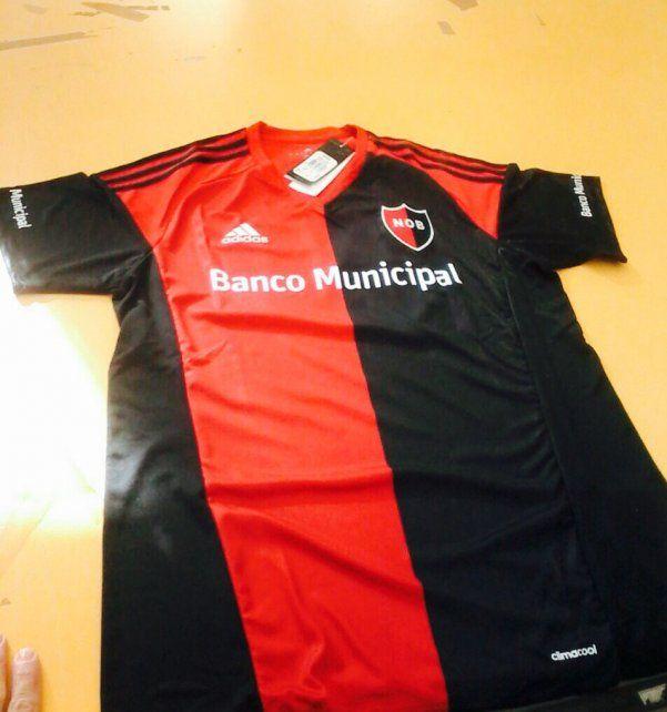 La nueva camiseta rojinegra que saldrá mañana a la luz para los hinchas y socios de Newells.