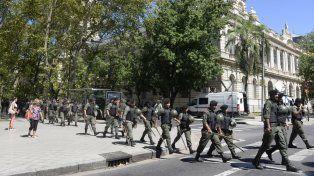 ¿En retirada? El desembarco de las tropas federales en Rosario se sigue dilatando. El gobierno nacional no confía en la Policía de Santa Fe y busca intervenirla.