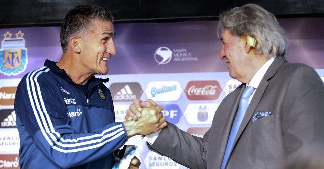 Apretón de manos. Bauza y Armando Pérez sellan el vínculo del Patón como DT de la selección.