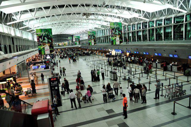 El sujeto fue apresado cuando intentaba atravesar los controles del aeropuerto internacional con documentos apócrifos de Paraguay.