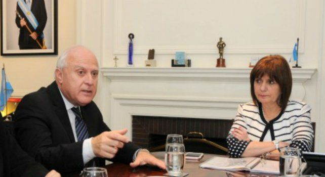 La ministra Patricia Bullrich escucha los reclamos del gobernador Lifschitz durante la reunión de la semana pasada.