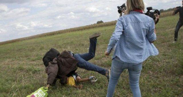 La periodista húngara que pateó a refugiados puede ser condenada a cinco años de prisión