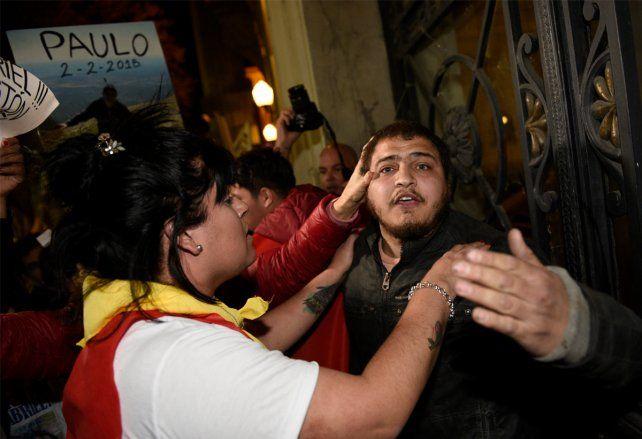 En medio de una marcha pacífica, un joven enfurecido tuvo un ataque de violencia