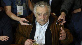 Mate y micrófonos. Mujica en su salsa: conversó a temario abierto con los periodistas rosarinos.