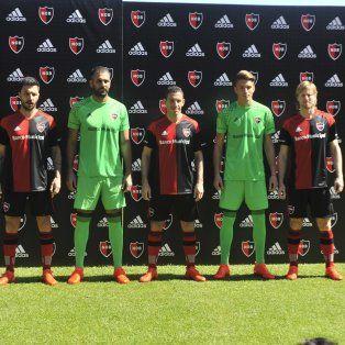 En el estadio. Nacho Scocco, Pocrnjic, Maxi Rodríguez, Unsain y Mateo fueron los encargados de presentar los nuevos modelos.