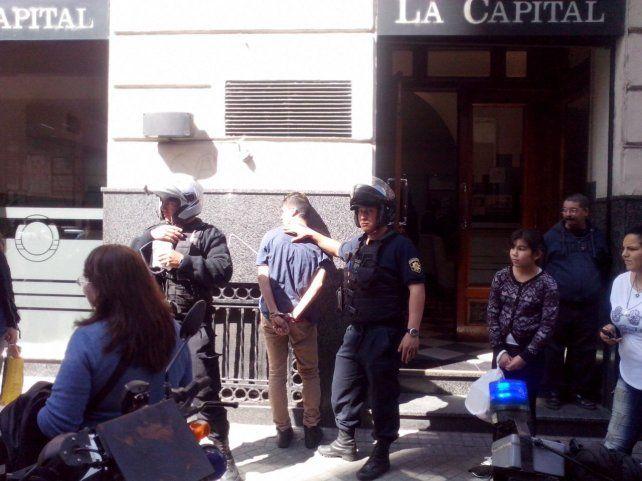El joven fue detenido y golpeado por la gente hasta que llegó la policía.