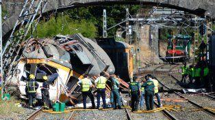 Pavoroso. El tren de tres vagones descarriló en una curva y chocó con una torre eléctrica
