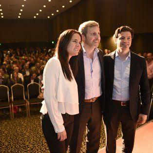 Miradas atentas. Anita Martínez, Rogelio Frigerio y Luciano Laspina, las máximas figuras de la presentación de la Fundación Pensar en Rosario.